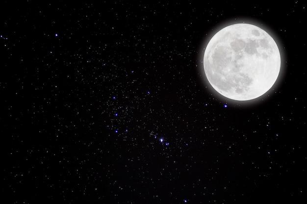 Lune romantique dans la nuit étoilée Photo Premium