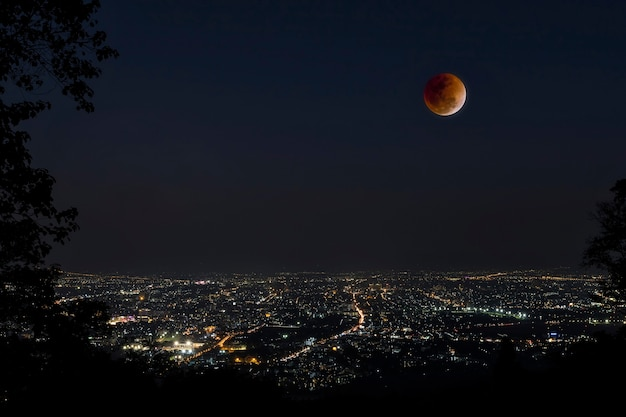 Lune de sang dans l'éclipse lunaire et aussi une lune bleue et super lune Photo Premium