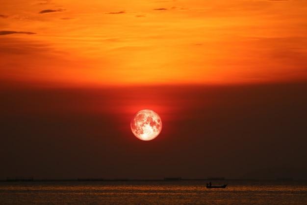 Lune De Sang Sur La Nuit Coucher De Soleil Ciel Arrière Horizon Mer Photo Premium