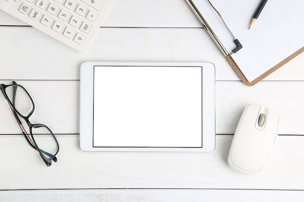 Lunettes, calculatrice et tablette sur blanc bureau soigné Photo gratuit