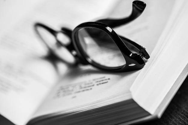 Des lunettes et un livre Photo gratuit