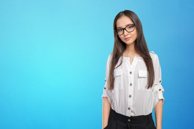 Lunettes, lunettes, femme, heureux, portrait, regarder appareil-photo Photo Premium