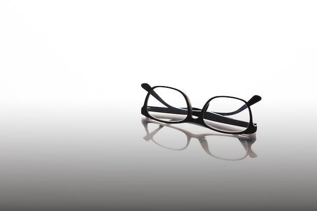 Lunettes noires sur fond de miroir Photo Premium