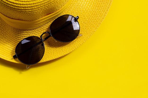 Lunettes De Soleil Avec Chapeau D'été Sur Fond Jaune. Profitez Du Concept De Vacances. Photo Premium
