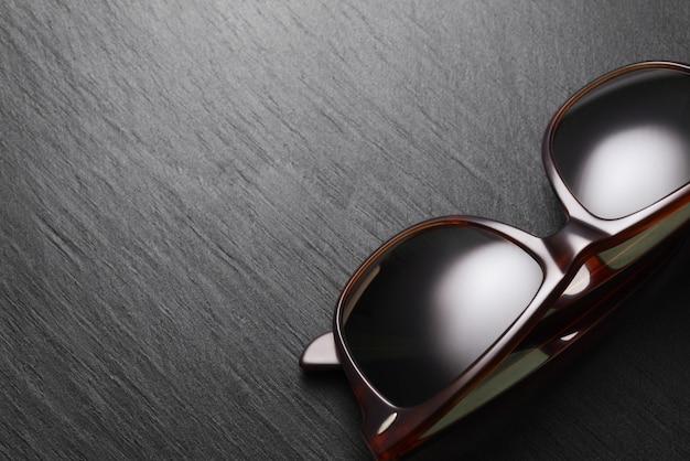 Lunettes De Soleil Classiques Sur Fond Ardoise Noire Photo Premium