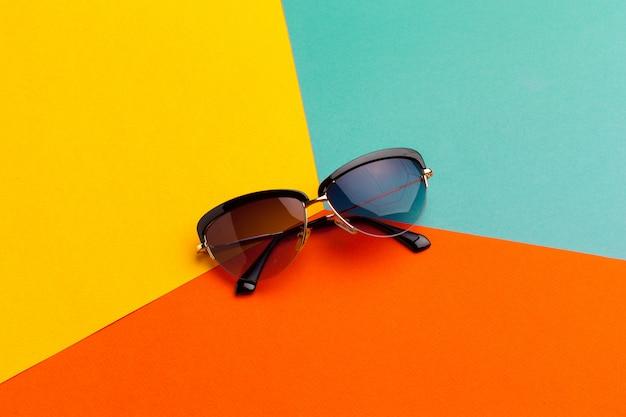 Lunettes de soleil féminines sur un vibrant coloré Photo Premium
