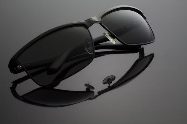 Lunettes de soleil noir plié sur noir Photo Premium