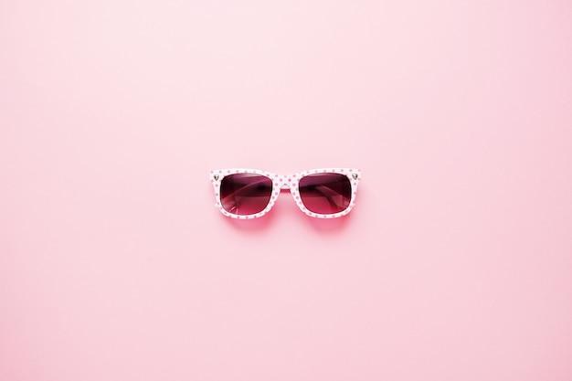 Lunettes de soleil pour enfants d'été sur fond rose Photo Premium