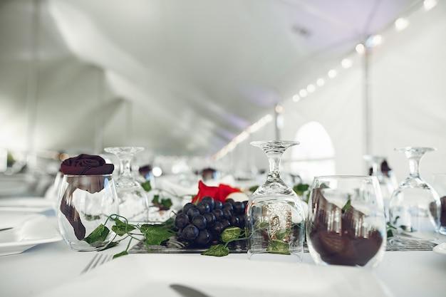 Lunettes sur une table Photo gratuit