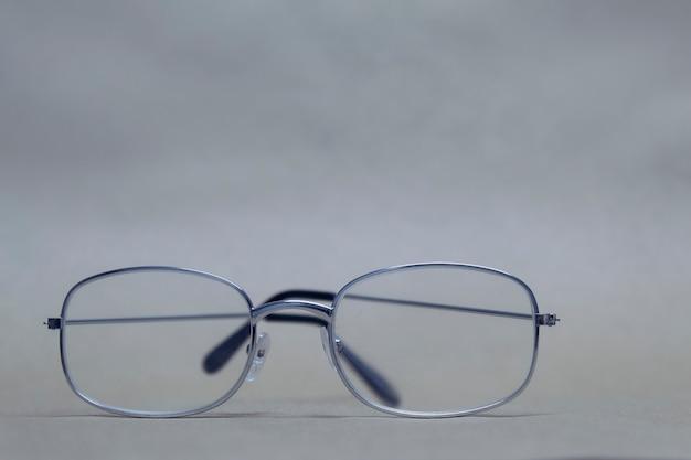 Les lunettes de vue en verre clair reposent sur un fond neutre. Photo Premium