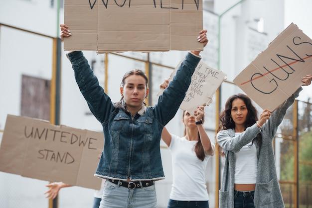 Lutte Pour Vos Droits. Un Groupe De Femmes Féministes Manifestent à L'extérieur Photo gratuit