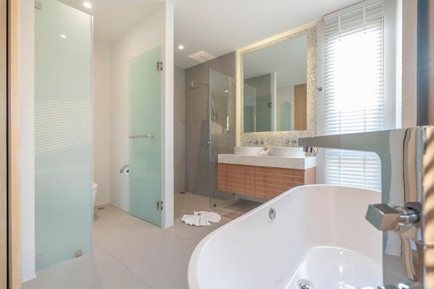 Luxe magnifique intérieur véritable salle de bains caractéristiques lavabo, cuvette de toilette dans la maison ou la construction de la maison Photo Premium