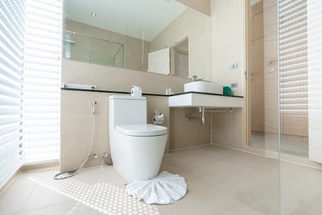 Luxe magnifique intérieur véritable salle de bains caractéristiques lavabo, cuvette de toilette dans la maison ou la construction Photo Premium
