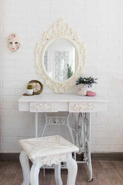 Luxueuse table de toilette blanche Photo gratuit