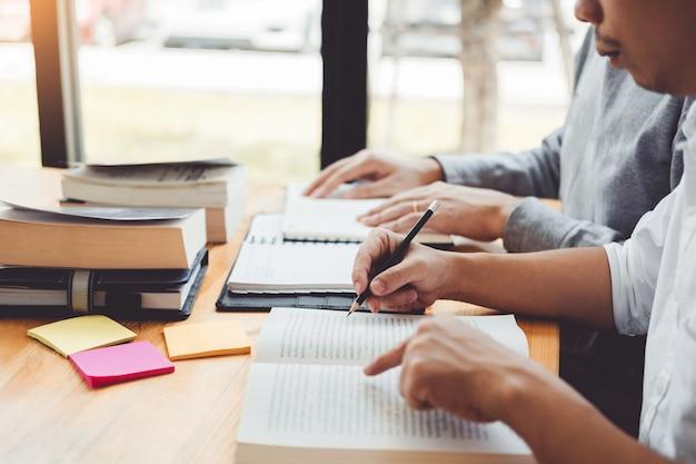 Des lycéens ou des étudiants étudient et lisent ensemble à la bibliothèque Photo Premium