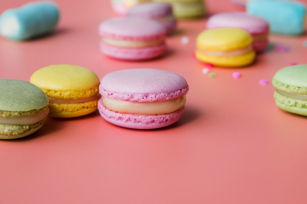 Macaron coloré sur fond coloré Photo gratuit