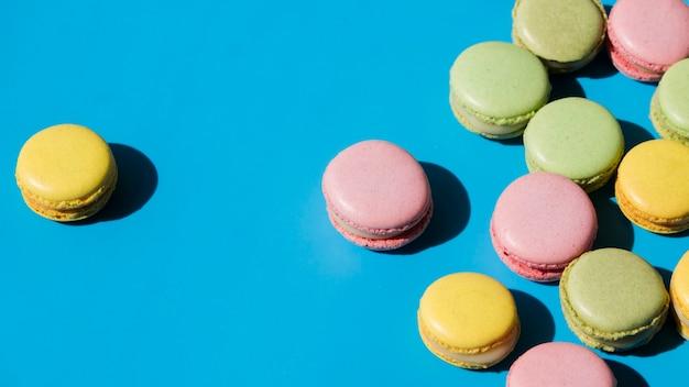 Macaron jaune sur fond bleu Photo gratuit