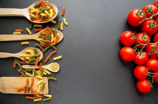 Macaroni isolé sur le fond noir. concept de cuisine italienne. Photo Premium
