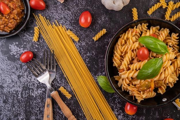 Macaroni Sautés Aux Tomates Et Basilic Sur La Poêle Photo gratuit