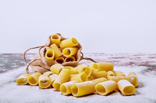 Macaronis Crus Sur Une Surface Blanche. Photo gratuit