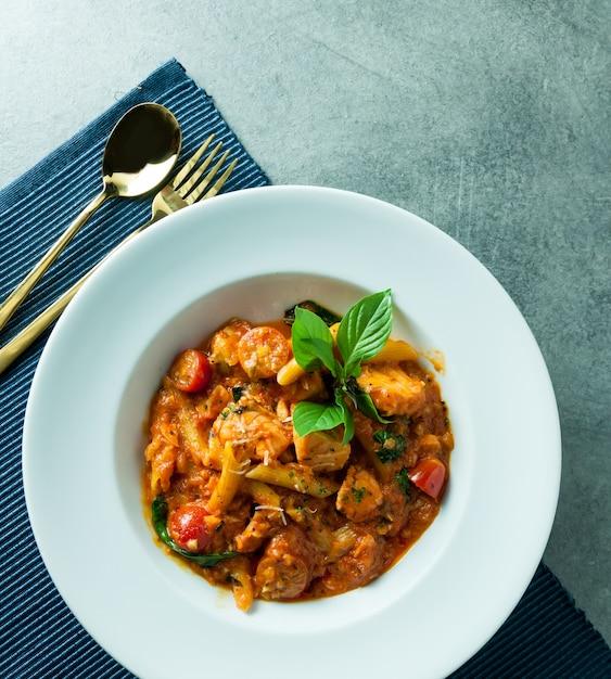 Macaronis sautés aux crevettes épicées pour le déjeuner ou le dîner Photo Premium