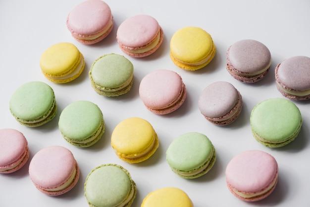 Macarons au four sur fond blanc Photo gratuit