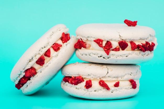 Macarons blancs sur fond turquoise Photo gratuit