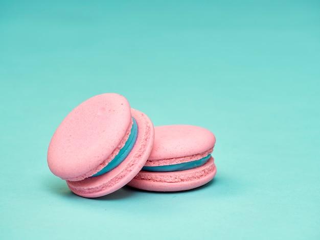 Macarons colorés sur fond bleu Photo Premium
