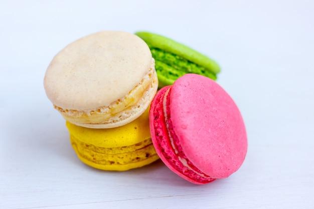 Macarons Colorés Sur Fond Clair. Photo Premium
