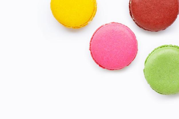 Macarons colorés isolés sur blanc Photo Premium