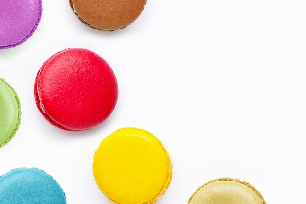 Macarons colorés isolés sur fond blanc Photo Premium