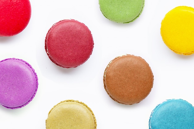 Macarons colorés isolés sur fond blanc Photo Premium