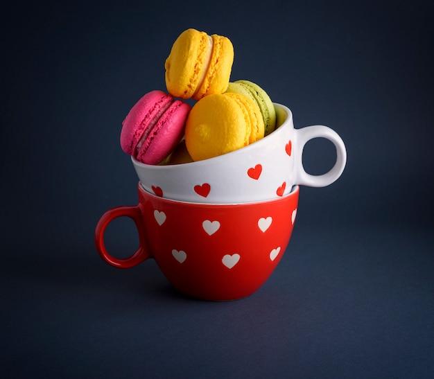 Macarons à la farine d'amandes multicolores Photo Premium
