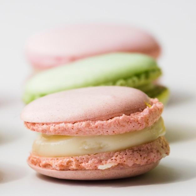 Macarons sur fond blanc Photo gratuit