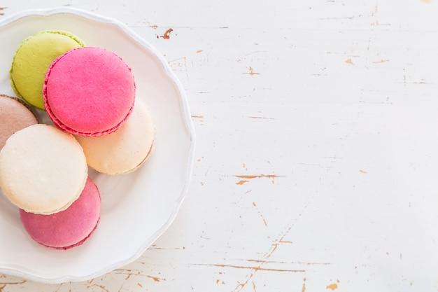 Macarons français sur fond de bois blanc Photo Premium