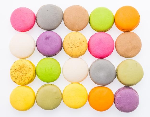 Macarons isolés sur blanc Photo gratuit