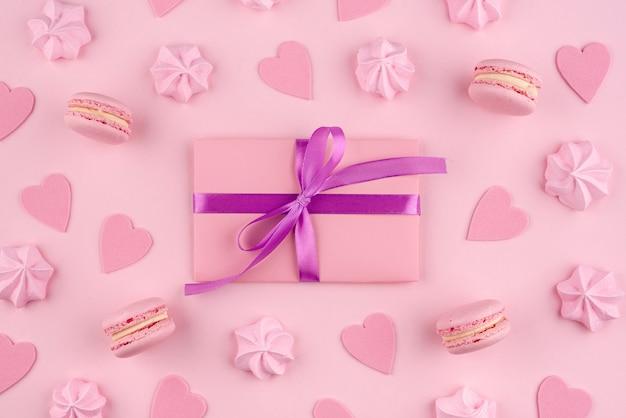 Macarons Et Meringue Pour La Saint Valentin Avec Cadeau Photo gratuit