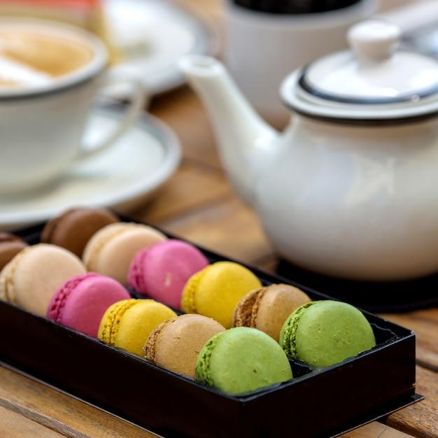 Macarons multicolores sur la table Photo gratuit