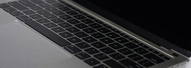 Macbook sur fond blanc Photo Premium