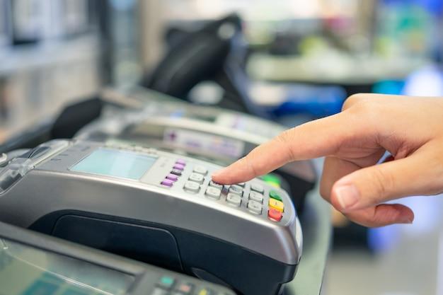 Machine de balayage de carte de crédit Photo Premium