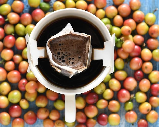 Machine à café au goutte à goutte avec grains de café frais. Photo Premium