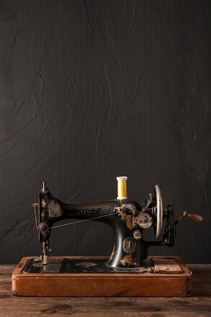 Machine à coudre avec fil fin Photo gratuit