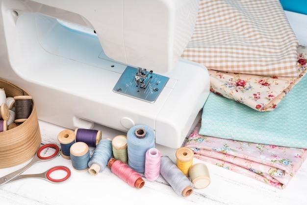 Machine à coudre avec fournitures et tissus Photo gratuit