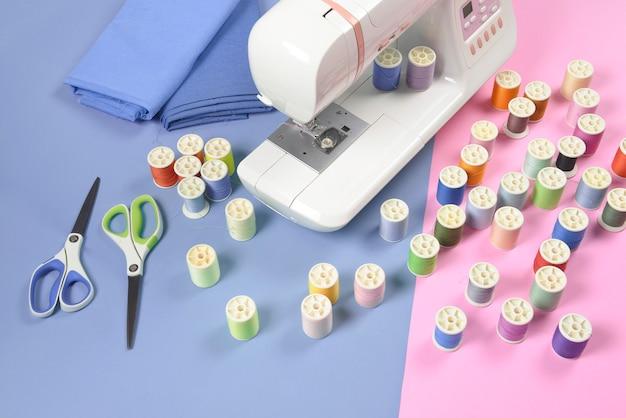 Machine à coudre et rouleaux de fil coloré pour la couture, concept de couture et de broderie. Photo Premium