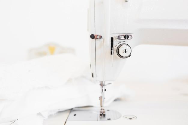 Machine à Coudre Et Tissu Sur Le Bureau De Travail Du Designer Photo gratuit
