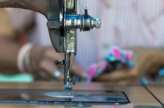 La machine à coudre vintage sur le créateur de mode flou fond Photo Premium