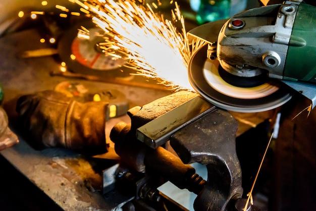 Machine à couper les métaux, étincelle. Photo Premium