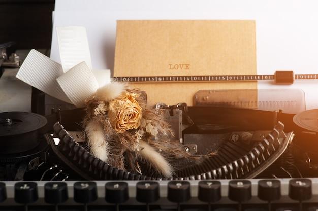 Machine à écrire Bouchent Et Fleurs Sèches Avec Enveloppe. Papier Vintage Tonique Et Kraft Photo Premium