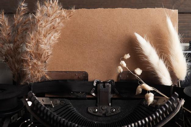 Machine à écrire Bouchent Et Fleurs Sèches. Papier Vintage Tonique Et Kraft Photo Premium