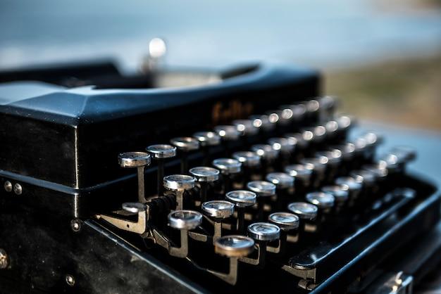 Machine à écrire sur le fond de la mer à l'aube. plage d'été Photo Premium